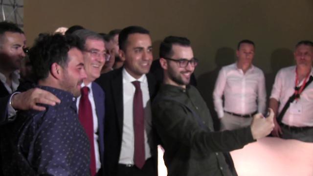 Salone del Mobile, Di Maio tra selfie e baci. Gli imprenditori: ''Fate subito un governo''