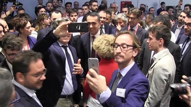 """Salone del Mobile, Di Maio in giro per gli stand tra selfie e baci. Gli imprenditori: """"Muovetevi a fare un governo"""""""