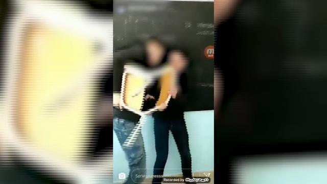 Lecce, il video dell'aggressione: il bullo minaccia il 17enne con una sedia, poi i calci