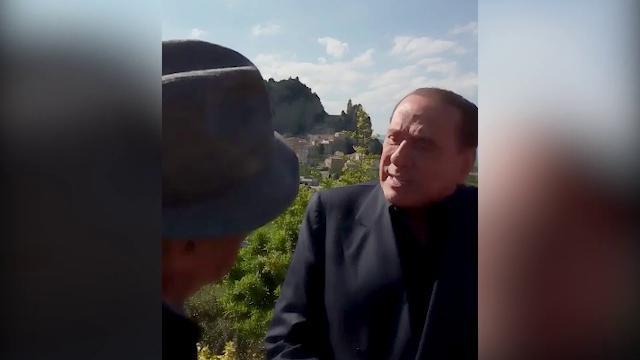 """Il pastore del Molise a Berlusconi: """"La vecchiaia arriva"""". Lui: """"Mi posso toccare?"""""""