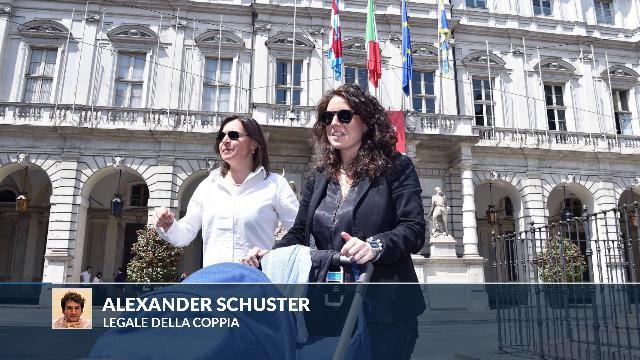 """Torino, registrazione figlio di due madri. Il legale: """"Corretta applicazione del diritto italiano"""""""