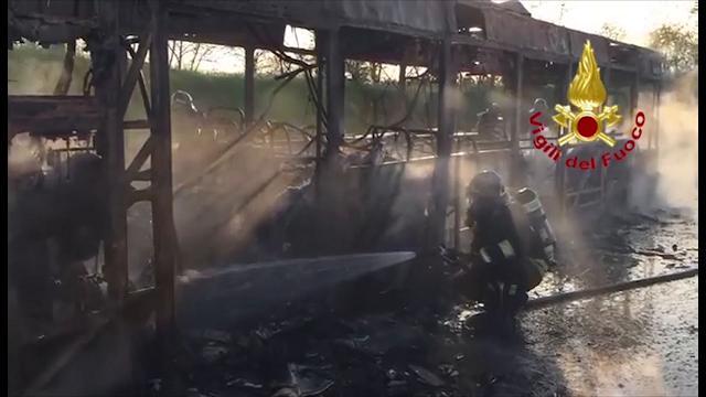 Senago: autobus in fiamme alla pista per crash test, incendio domato