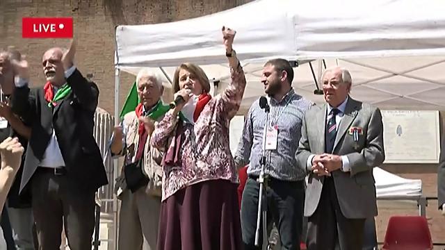 """Roma, 25 aprile: la partigiana canta """"Fischia il vento"""" a pugno alzato e la piazza si entusiasma"""