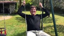 """""""Guarda come dondolo"""": Gianni Morandi canta sull'altalena (e poi improvvisa un twist)"""