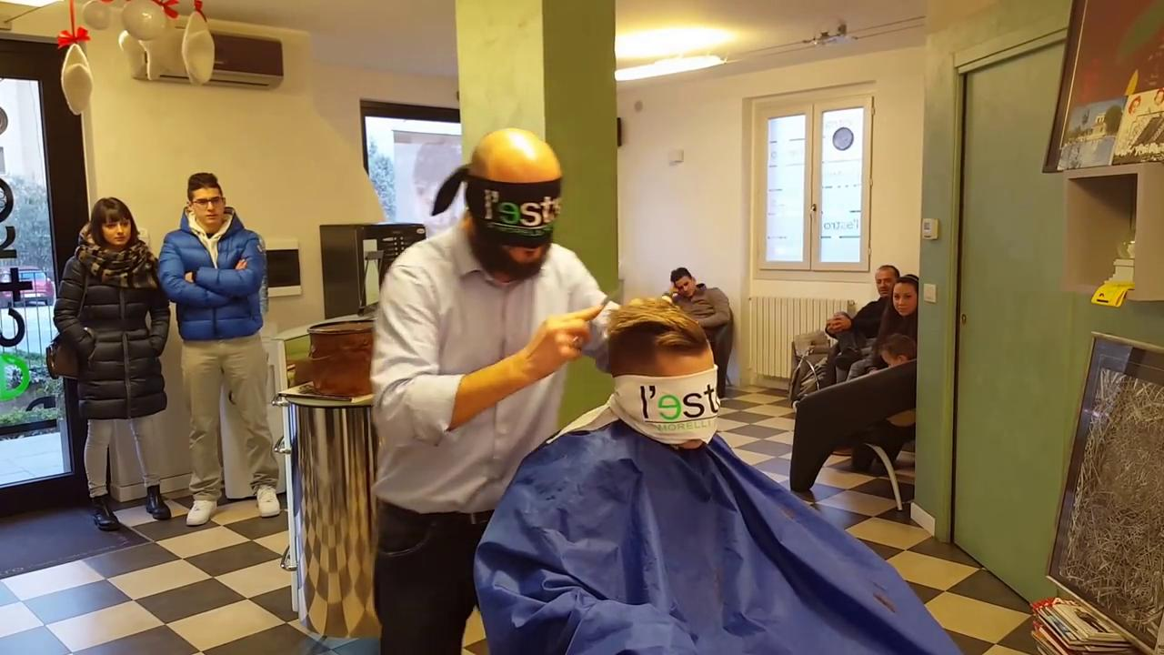 Lecco il barbiere che taglia i capelli bendato il video for Sito la repubblica