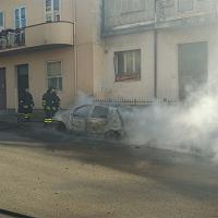 In fiamme un'auto in pieno centro a Sorso, arrivano i vigili del fuoco
