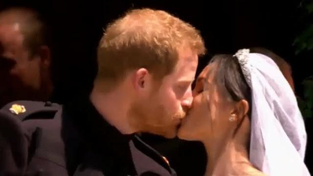 Royal wedding, Harry e Meghan sono marito e moglie: il bacio tra gli applausi