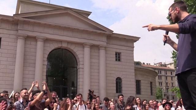 Milano, migliaia di ragazzi affollano l'Arco della Pace per i casting di X Factor