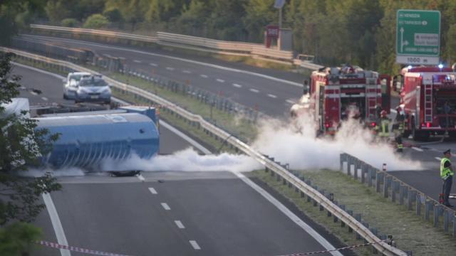 La cisterna ribaltata a Trieste: difficile fermare la perdita di ossigeno