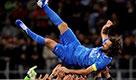 Addio al calcio di Pirlo, standing ovation per il Maestro: la sostituzione con il figlio Niccolò