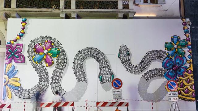 L'arte di Lucamaleonte sui muri di Milano: serpentoni di diamanti per Bulgari