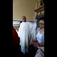 Il parroco-cantante a Camerota: intona l'Ave Maria per gli sposi