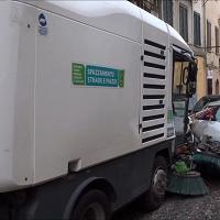 Sassari, autospazzatrice fuori controllo travolge otto auto al Corso: un ferito