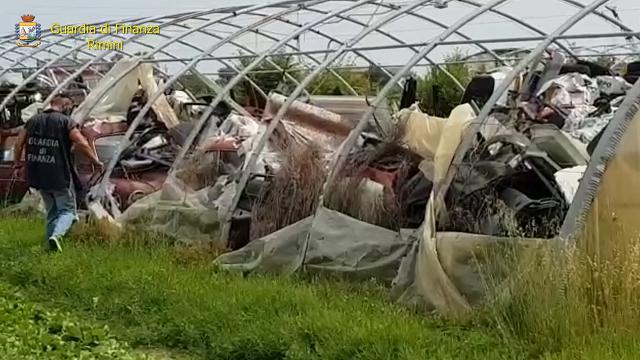 Rimini, dentro le serre agricole scoperta una discarica abusiva: pneumatici, bombole, eternit