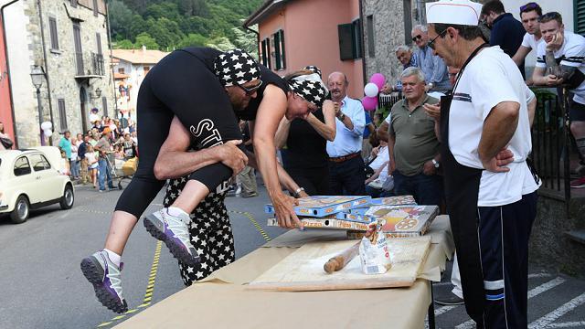 """Lucca. Ecco la """"corsa con le mogli in spalla"""""""