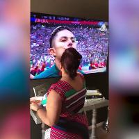 Russia 2018, la nonna messicana benedice i giocatori che compaiono in tv durante l'inno