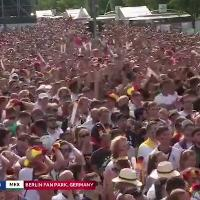 Russia 2018, la festa dei messicani a Berlino tra i tedeschi impietriti davanti al maxi schermo