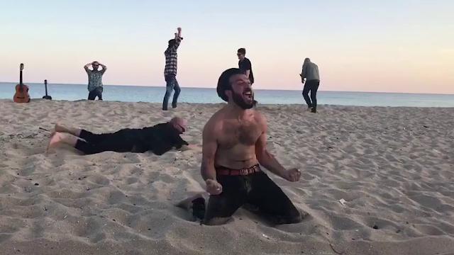 I Negramaro come Aldo, Giovanni e Giacomo: gol a sorpresa in spiaggia