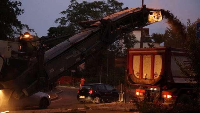 Reggio Emilia, i lavori notturni per asfaltare via Martiri di Cervarolo