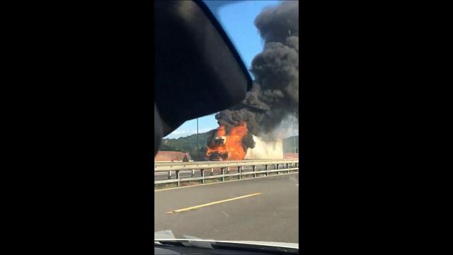 Incendio in autostrada, brucia un tir all'altezza di Calenzano