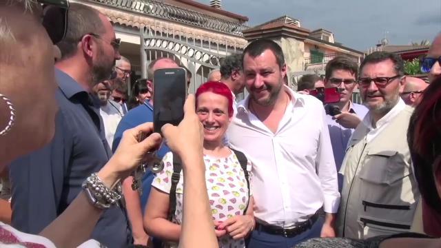 """Mafia, Salvini: """"Roma ha record beni confiscati, Raggi si interessi"""". Gli abitanti: """"Salvini ci piace, la Raggi è impenetrabile"""""""