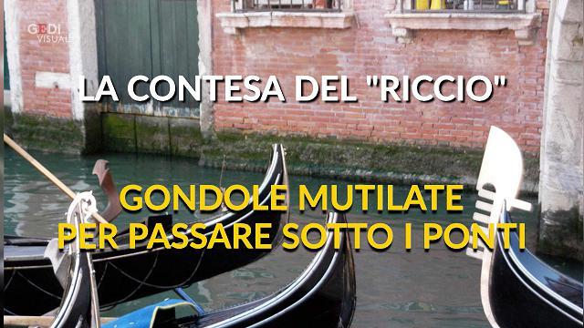 Gondole mutilate per passare sotto i ponti, è polemica a Venezia