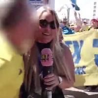 Russia 2018, ennesima molestie a una reporter: giornalista svedese baciata in diretta tv