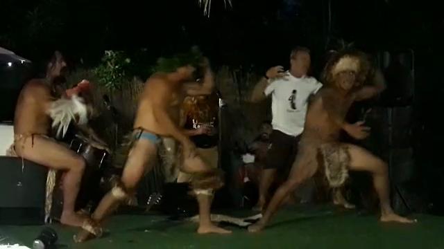 I maori a Livorno ballano la haka e donano statue di legno
