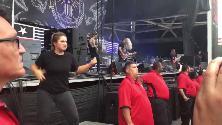 Il concerto metal è nella lingua dei segni: la traduttrice ruba la scena alla band