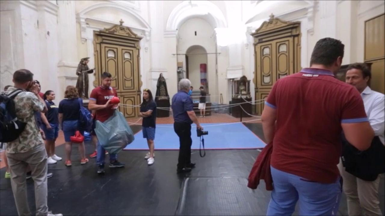 napoli una palestra di boxe nella chiesa del rione sanit