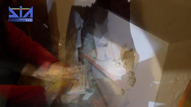 Bari, 3,2 milioni di euro nascosti nell'intercapedine di una villa: maxi sequestro della Dia