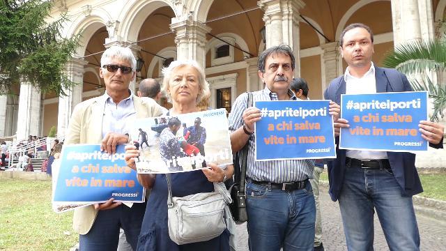 """Migranti, associazioni consegnano petizione con 25mila firme a Ministro Toninelli: """"Apra i porti"""""""