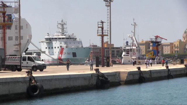 Trapani, arriva la Diciotti al porto: nessuno scende dalla nave
