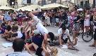 Mondiali, a Bari turisti francesi improvvisano coreografia in piazza: e un barese gli rovina la festa
