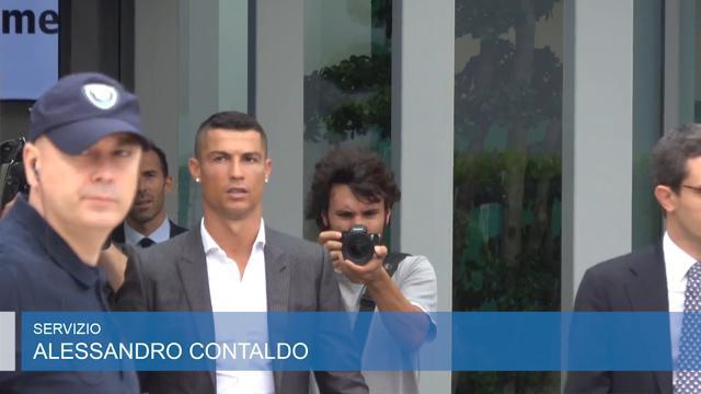 Torino, Ronaldo al J Medical per le visite mediche:l'abbraccio dei tifosi a Cr7