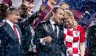 Russia 2018, baci e abbracci tra Macron e Kitarovic: il feeling sugli spalti dello stadio