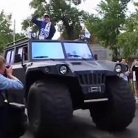 Maradona sbarca in Bielorussia: l'arrivo allo stadio a bordo del monster truck