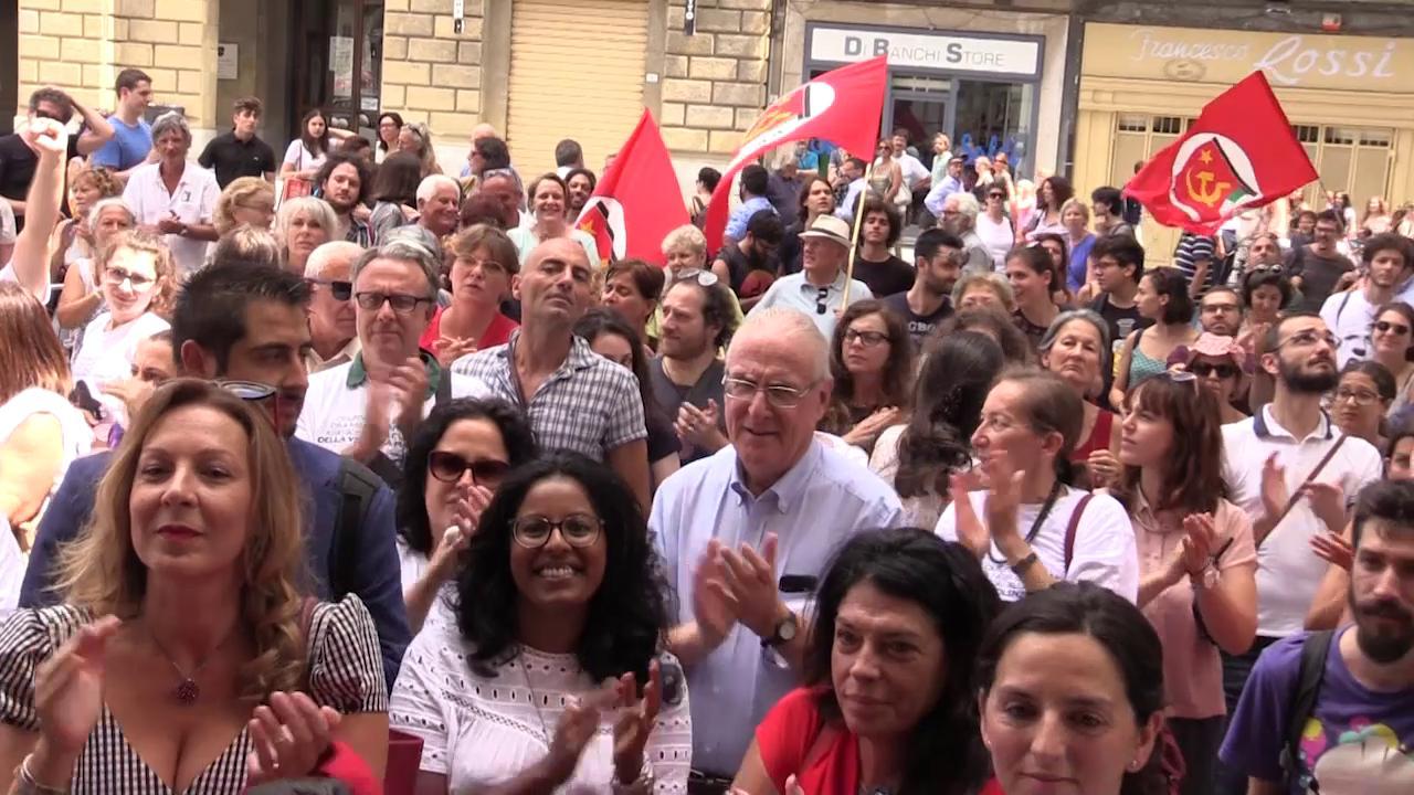Pisa, in Comune 35.000 firme contro Buscemi: applausi della piazza per i faldoni anti-stalking