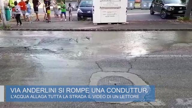 Modena, via Anderlini: lago d'acqua, cede l'asfalto