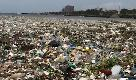Repubblica Dominicana, non si vede l'acqua del mare: le onde si muovono sotto la plastica