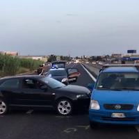 Guardano l'eliambulanza che atterra in strada: tre conducenti perdono il controllo delle auto e si scontrano
