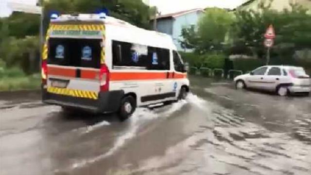 Strade come fiumi a Padova dopo la bomba d'acqua