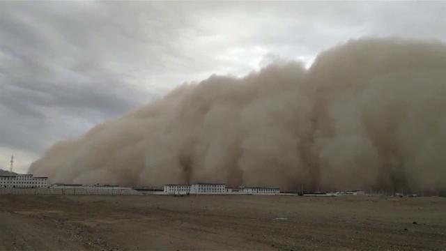 Cina, tempesta di sabbia sommerge la città: la scena è apocalittica