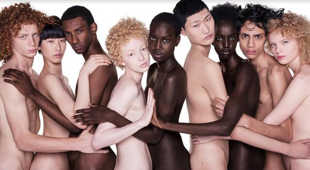 """""""NudiCome"""": nove corpi, un solo abbraccio, lo scatto multietnico di Oliviero Toscani"""