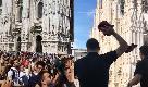 Higuain in piazza Duomo, tifosi del Milan in delirio: cori e lancio di magliette