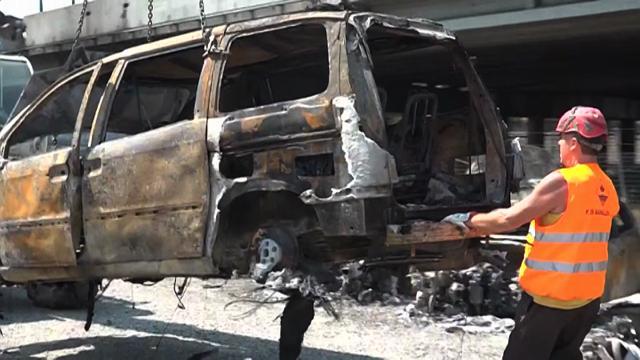 Esplosione Bologna, la rimozione delle auto bruciate nel parcheggio