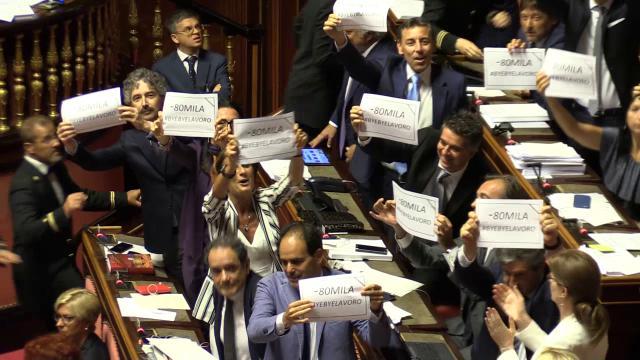 """Dl Dignità, il Senato approva la legge tra le proteste del Pd: """"#byebyelavoro"""""""