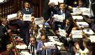 Dl Dignità, il Senato approva la legge tra le proteste del Pd: #byebyelavoro