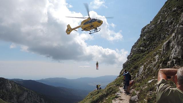 Lo spettacolare recupero di una turista in alta montagna con l'elicottero del Suem