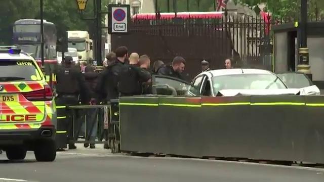 Londra, auto si schianta davanti al Parlamento: l'arresto del conducente